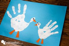 Handprint mother goose and her baby. Lovely and simple craft for kids 🙂 Handprint mother goose and her baby. Lovely and simple craft for kids 🙂 Daycare Crafts, Baby Crafts, Toddler Crafts, Easy Crafts For Kids, Projects For Kids, Art For Kids, Hl Martin, Goose Craft, Nursery Rhyme Crafts