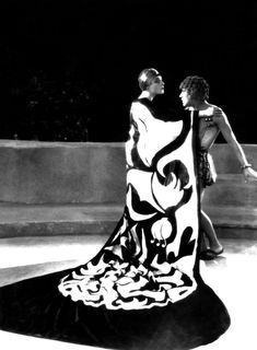 Alla Nazimova & Arthur Jasmine in Salome dir. Charles Bryant) Production designer Natacha Rambova based much of Salome's decor and costumes on the decadent illustrations Aubrey Beardsley produced for the first edition of Oscar Wilde's play Salome. Vintage Hollywood, Hollywood Glamour, Hollywood Icons, Marchesa, Costume Hollywood, Natacha Rambova, Art Deco Fashion, Vintage Fashion, Vintage Beauty