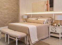 Projetado para um casal moderno pela arquiteta Letícia Finamore, o quarto tem uma linguagem contemporânea diante de materiais diversos em tons claros, papel de parede, texturas e tramas em tecido. O resultado é um ambiente harmônico.