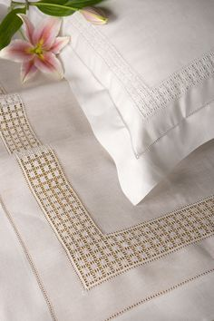 "Lenzuolo in lino ""Sveva"" Hardanger Embroidery, Lace Embroidery, Linen Pillows, Linen Bedding, Gents Kurta Design, Drawn Thread, Bargello, Filet Crochet, Quilt Pattern"