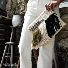 Bag in thick, braided straw and front detail.Definitly this straw it´s not just for the Original, elegant Available online! For wholesale please send us an email. Bag Crochet, Crochet Clutch, Inkle Weaving, Hand Weaving, Best Leather Wallet, Diy Clutch, Clutch Bag, Textiles Techniques, Macrame Bag