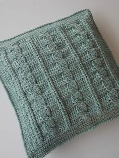 Kabelkussen (met link naar gratis patroon) / cable cushion (with link to free pattern) Crochet Decoration, Crochet Home Decor, Crochet Cable, Tunisian Crochet, Free Crochet, Crochet Pillow, Baby Blanket Crochet, Crochet Stitches Patterns, Knitting Patterns