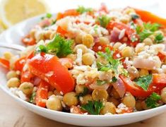 C'est le genre de salade de pois chiches qui fait tellement du bien. C'est nourrissant, léger et santé! On adore 🙂