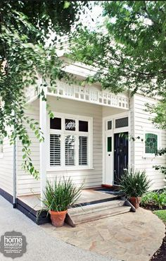 🌟Tante S!fr@ loves this 📌🌟Neutrals are a classic favourite for exterior schemes but have you ever considered the role that a crisp white trim has to play? If you are putting together an exterior colour scheme you should click through to read further. Exterior Color Schemes, Exterior Paint Colors, Exterior House Colors, Paint Colors For Home, Exterior Design, Interior And Exterior, Ranch Exterior, Exterior Trim, Paint Colours