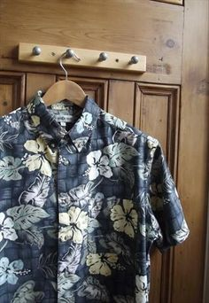 got to always have a hint of summer underneath that sweater. Vintage Hawaiian Shirts, Mens Hawaiian Shirts, Luau Outfits, Cool Outfits, Hawiian Shirts, Surf, Man Dressing Style, Shirt Style, Men Dress