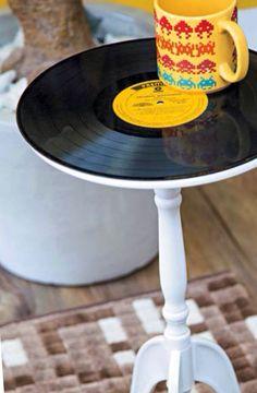 Customizando uma mesa lateral (tok stock) com disco de vinil. gostei! Via decorar mais por menos