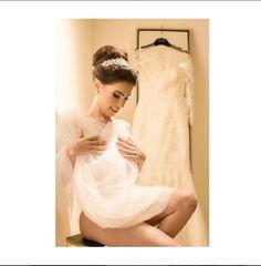 Uma tendência que vem ganhando espaço no Brasil (e que a gente já vem fazendo há bastante tempo) é o o Bridal Boudoir, ou seja, fotos de noivas mais sensuais, explorando toda a sua feminilidade sem ser vulgar.   #valwander #noiva #casamento #fotografiasemocionantes #casar #casando #noiva #vestidos #voucasar #noivinha #vestidodenoiva sayyestothedress #noivasdobrasil #decote #sensual #noivareal #diadanoiva #bridalboudoir