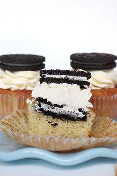 """Een tijdje geleden plaatste ik al het recept voor peanut butter oreo cupcakes maar deze """"gewone"""" oreo cupcakes zijn misschien nog wel lekkerder! Door de eenvoud smaken ze heerlijk, hoewel die met pinda echt heel lekker waren heb ik gewoon niet iedere dag zin in pinda's maar wel in oreo's! De cupcakes zijn eigenlijk gewoon …"""
