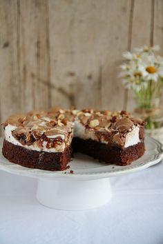 Questa torta è di una bontà indescrivibile! Una delle migliori torte al cioccolato mai fatte: morbida, umida, con un tocco croccante... insomma, il paradiso in terra. Ogni volta che la preparo, il successo è assicurato. Ho trovato la ricetta sul blog di Manue. Buono a sapersi: prima si prepara la torta al cioccolato e, mentre cuoce in forno, si prepara la meringa. Leggete bene tutto il procedimento prima di cominciare. Ingredienti per un cerchio inox di 20 cm: 120gr di burro, 100gr di…