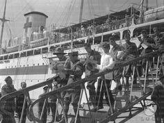 Soldati in divisa coloniale e un graduato della Marina scendono dalla scaletta della Nave Ospedale California  RG/RG099/RG00003676.JPG