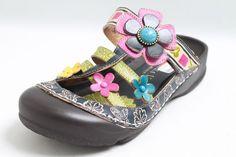 Bunte Laura Vita PantolettenDiese sommerlichen Pantoletten aus dem Hause Laura Vita sind mit bunten Blumen verziert. Das Innenmaterial der Schuhe besteht aus Leder und die Innensohle aus Leder Komfort. Mit einem Punkt-Verschluss...
