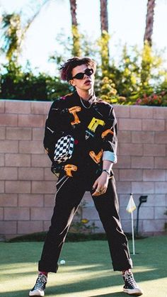 Yungblud from 2019 iHeartRadio Music Awards Red Carpet Fashion Cute Celebrities, Celebs, Pretty People, Beautiful People, Dominic Harrison, Strange Music, Conan Gray, Social Trends, Black Heart