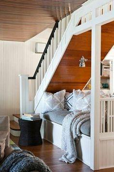aménagement sous escalier, canapé, meubles sous escalier, plafond en bois,plafond haut