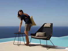 BREEZE ekskluzywne meble na balkon.  Fotel BREEZE typu Higback należy do wyjątkowych mebli plenerowych firmy Cane-line. Fotel nie tylko do ogrodu lub taras. Idealnie pasuje do nowoczesnych wnętrz. W zestawienu ze stolikiem ON-THE-MOVE może być ozdobą niejednego balkonu.  Design: Strand+Hvass