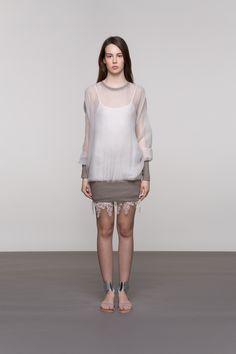 BIJELA SVILENA TUNIKA Postići jednostavnost i profinjenost jednim komadom odjeće želja je svake žene. Upravo je za to sjajna ova svilena tunika, upotpunjena pamučnim rebrastim rubovima. Nosite je uz haljinu s raskošnim čipkastim rubom (kao što je i na slici) ili zajedno s pencil suknjom, skinny krojem hlača ili pak jeansom.