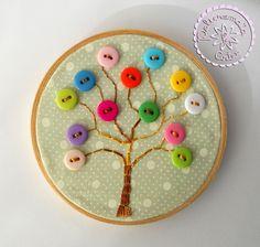 Mini quadro em bastidor de madeira com bordado feito à mão de árvore e detalhes de botões em acrílico coloridos. <br>Uma linda peça decorativa para sua casa ou ateliê. <br>Peça única. <br>Tamanho do bastidor: 10,5 cm de diâmetro