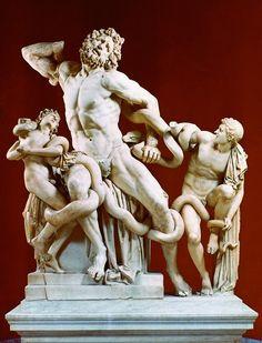 Laokoon og slangerne dateret til omkring det første århundrede evt. Skulle være en kopi af en ældre græsk skulptur, der er gået tabt med tiden. Den er udhugget i sten og en fritstående skulptur. Stilen er hellenistisk. Den er dramatisk, grundet de mange vrid de tre menneskers kroppe, samtidig med det er ansigtet fyldt med udtryk. Man kan se følelsen af smerte og frygt i deres ansigter. Skulpturgruppen er realistiske frem for idealistisk som man så i den klassiske tid.