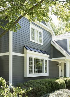 30 Ideas House Exterior Siding James Hardie For 2019 Exterior Siding Colors, Grey Siding, Exterior Trim, Exterior Doors, Exterior Design, Hardie Board Siding, Exterior Paint, Bay Window Exterior, Mobile Home Exteriors