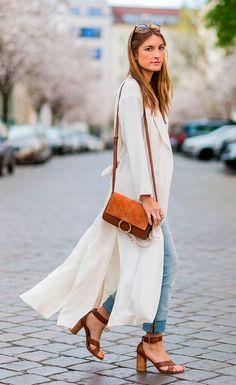 Street style look camisa longa, calça jeans e salto blocado.