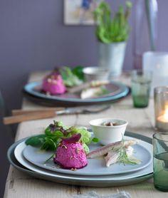 Das Rote-Bete-Mousse wird auf einer Rote-Bete-Scheibe angerichtet und mit Salat sowie Forelle serviert.