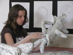 muizen met een menselijk trekje: opgebouwd uit proppen krantenpapier en dan met houtpulp en acrylverf bewerkt.  Op een sokkel gezet indien nodig Reinhilde Debruyne