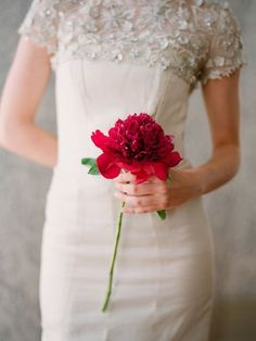 Simple, stunning and what a statement! Flower: peony