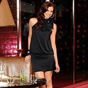 Соблазнительный, молодёжный стиль! Классическое чёрное платье с изысканными деталями. Американский вырез с воротником-стойкой и завязкой сбоку. Вверху свободно ниспадающий покрой, от линии бедра - облегающий покрой. Это вечернее платье привлечёт к Вам всеобщее внимание. Покрой/длина: сильно подчёркивающий фигуру покрой, длина: разм. 32+34 = 92 см. разм. 36+38 = 94 см. разм. 40+42 = 96 см. разм. 44+46 = 98 см. Модная отделка: вечернее платье с американским вырезом. Подробности:  Материал: 95…