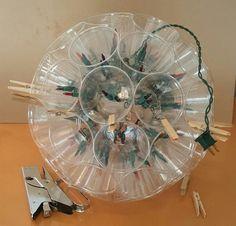 Esfera luminosa con vasos de plastico