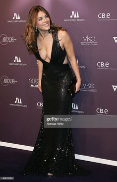 Elizabeth Hurley, Beautiful Celebrities, Gorgeous Women, Robes Glamour, Mannequin, Lady, Sexy Women, Celebs, Hair Makeup