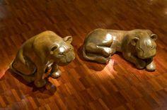 """As onças esculpidas por Itamar Julião que nasceu em 1959, na pequena Prados, cidade colonial, situada ao sul de Minas Gerais revelava um estilo vigoroso e acabamento impecável.Itamar iniciou o contato com a madeira a partir da observação do trabalho do pai, Zezinho de Pádua Lisboa, que criava """"cabeças de arreios"""" para animais. Saiba mais:http://www.galeriaestacao.com.br/artista/13#!prettyPhoto[iframes]/0/"""