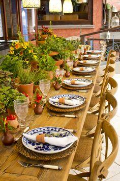 Proposta de mesa posta com decoração descontraída! Muitas ervas e temperos organizados em vasos de barro por Didi Gheler e todas as peças Ella Arts! #decor #tablescape #mesaposta #mesaitaliana #decoracaodemesa #almoconocampo #decoracaodefazenda #festanocampo #almoconafazenda #decoracaocomervas #decoracaocompimentas