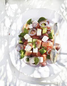 Komkommer-meloensalade met feta en rode ui