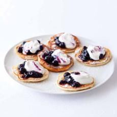 Tvarohové lívanečky Sweet Desserts, Sweet Recipes, Dessert Recipes, Czech Recipes, Russian Recipes, Heathy Breakfast, Nibbles For Party, Eastern European Recipes, Savory Pancakes