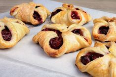 Bun puff pastry stuffed with cherries Hungarian Recipes, Hungarian Food, Ciabatta, Spanakopita, Junk Food, Japanese Food, Doughnut, Cookie Recipes, Sushi