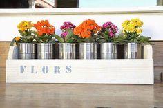 Recicla en la decoración de tu terraza con latas convertidas en macetas