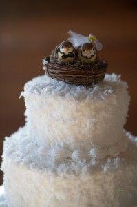 Unos pajaritos en el nido en una tarta de bodas. Precioso. Simply Exquisite