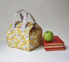 Vous cherchez une solution adorable et pratique pour transporter votre Bento box ou déjeuner ? Ce sac à lunch dispose de Mimosa tissu par un autre Point de vue. L'intérieur est un modèle de hachage gris - dans les coulisses de Moda. Parfait pour les dons ! Caractéristiques : Ce sac à lunch isolé est conçu pour poignée large et plat boîtes, qu'ils soient boîtes à Bento, contenants réutilisables ou plats surgelés. Les deux poignées assurant l'équilibre et une facilité lors de la réalisation…