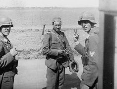 """Balkans, 2 German soldiers of the division """"Hermann Goering"""" communicate with a Romanian soldier"""