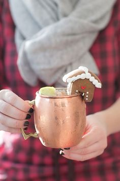 This Christmas Moscow mule has to be one of my all time favorite tipples! With its gingerbread infusion, it's got a spicy kick and a warmth that's perfect for winter parties! Plus it's full of great flavors yet so easy to make! #MoscowMule #GingerBeer #Gingerbread #Cocktail