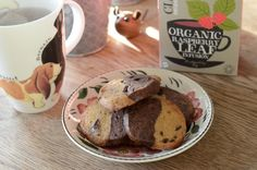 Skønne tofarvede småkager med kakao og hele chokoladestykker.