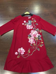 Embroidery On Clothes, Embroidered Clothes, Embroidery Fashion, Embroidery Dress, Hand Embroidery, Hand Painted Dress, Hand Painted Fabric, Painted Clothes, Dress Painting