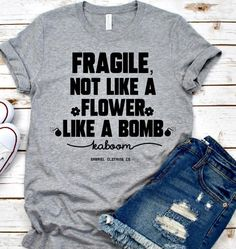 Fragila not like T-shirt - Funny Shirt Sayings - Ideas of Funny Shirt Sayings - Look Short Jeans, T-shirt Humour, Funny Shirt Sayings, T Shirt Quotes, T Shirts With Sayings, Funny Tees, Quote Tshirts, Vinyl Quotes, Casual Chique