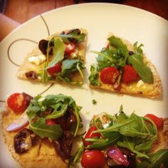 Tomato Feta Olive Pizza- Pizza ins't just for treat meals anymore! TIP: Use whole wheat pita bread for crust! Healthy Mummy Recipes, Yummy Recipes, Clean Eating, Healthy Eating, Healthy Food, Whole Wheat Pita Bread, Michelle Bridges, Weight Watchers Meals, Food Design