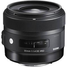 Три объектива Canon для начинающего фотографа !!!   Итак, вы стали счастливым обладателем цифрового зеркального фотоаппарата Canon, и это замечательный выбор, поскольку система этих камер считается одной из самых совместимых и отличается универсальностью, многофункциональностью и широким выбором применимых аксессуаров и приспособлений.