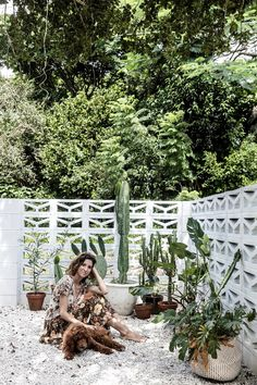 9 simple outdoor decorating ideas for summer Homeowner Chloe has created a Palm Springs inspired courtyard in her Byron Bay home using breeze blocks found on Gumtree, white gravel and a collection of cactus plants. Breeze Block Wall, White Gravel, Outdoor Rooms, Outdoor Decor, Outdoor Beds, Palm Springs Style, Dappled Light, Exterior Cladding, House Cladding