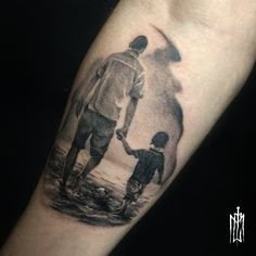 Tatuagem de pai para filho Preto e cinza para começar a semana por thiago mic #blackandgrey #tattoo2me #tattooed #tattooinspiration#fatherandsontattoo #paiefilhotattoo #fathertattoo #blackandgrey #bngtattoo #thiagomic #thiagomictattoo #poliarttattoo #poliarttattoostudio #armtattoo #football #footballtattoo