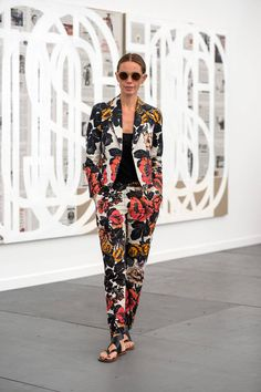 Street Style from Frieze Art Fair - Frieze Art Fair 2014 - Elle Frieze Art Fair, Floral Blazer, Floral Jacket, Floral Pants, Fashion Flats, Fashion Outfits, Womens Fashion, White Skinny Pants, Edgy Chic
