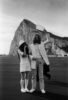 1969 John Lennon e Yoko Ono, coppia controversa si sposano alla Rocca di Gibilterra. Yoko era vestita con minigonna con volant e blusa, calzettoni fino al ginocchio, scarpe da tennis e un grande cappello a tesa larga, tutto rigorosamente bianco candido