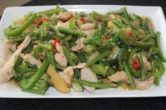 Tjap tjoy met kip en groene groentes.
