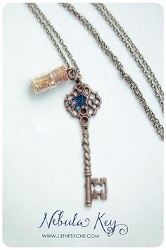 Impresionante artesanal llave esqueleto y collar de botella de vidrio llenado de fritas de brillo. Este hermoso y elegante colgante está decorada con